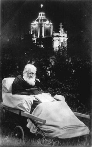 Слуга Божий Андрей відпочиває в Митрополичому городі за собором св. Юра у Львові підчас війни.